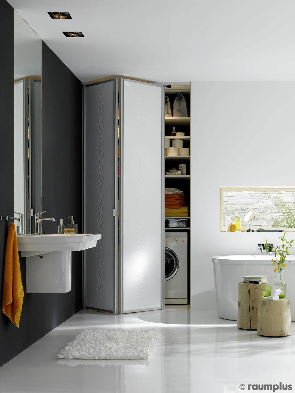 Falltür vor Nische im Badezimmer